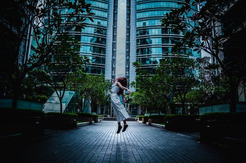 Dimanche, j'étais en train d'explorer le centre d'affaires de ma petite amie à Bangsar South City, Kuala Lumpur. À ma grande surprise, il n'y avait personne dans les environs et j'ai mon appareil photo avec moi dans ma voiture. L'idée de la photo la faisait initialement ressembler à danser dans le ciel, c'est jusqu'à ce qu'elle commence à atterrir sur le sol que j'ai pris une autre chance de prendre une autre photo. Je trouve que ça a l'air de flotter dans les airs, qu'elle a pris quelques montages et que cela semble être la meilleure photo que j'ai prise.